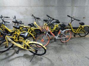 地下道と点在するレンタル自転車